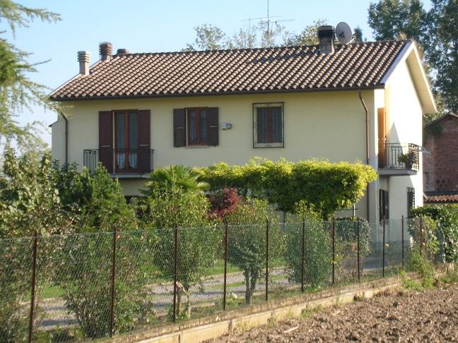 PAVIA a 10 km e 7 kM da Stradella casale ristrutturato con giardino e corte