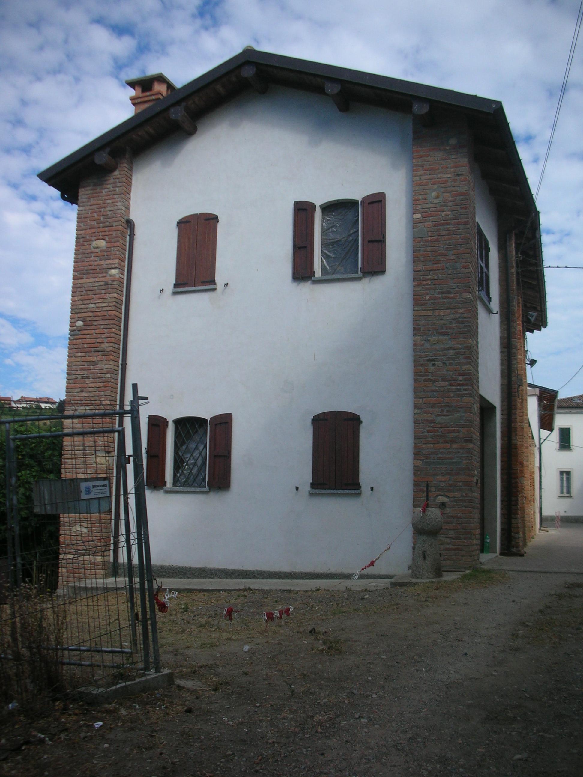 Stradella pv casa di campagna da ristrutturare con for Ristrutturare casa campagna