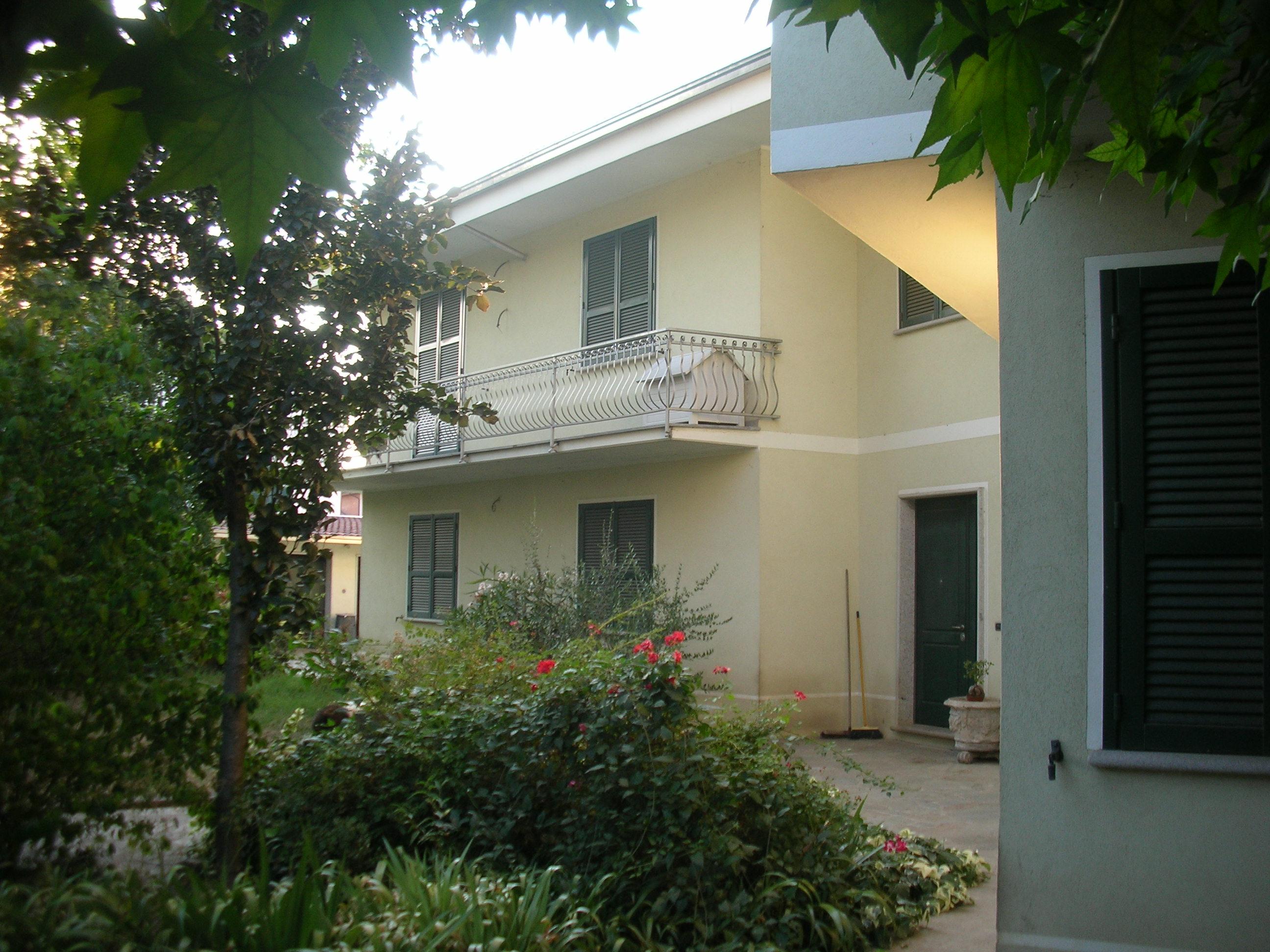CASTEL  SAN GIOVANNI (PC) villa indipendente bifamigliare con giardino